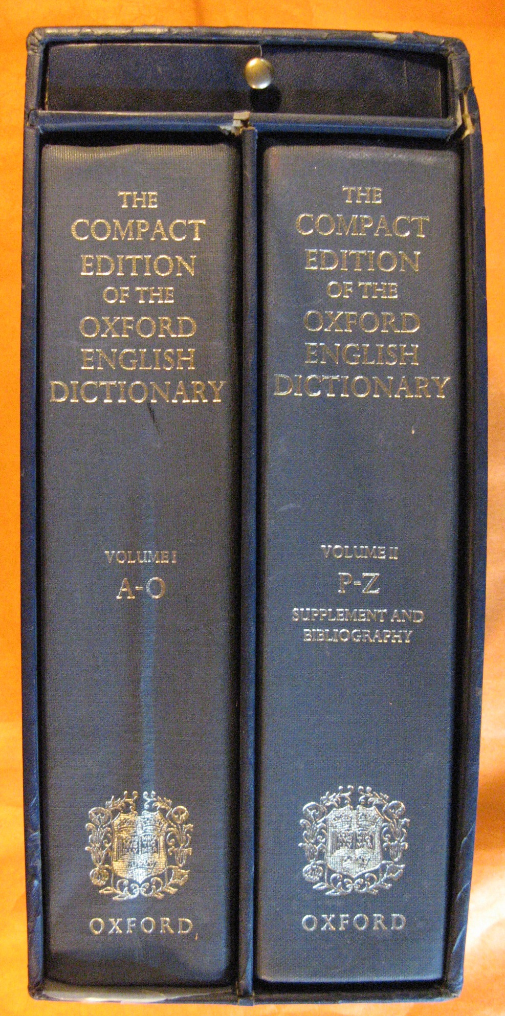 The Compact Edition of the Oxford English Dictionary: Complete Text Reproduced Micrographically (2 Volumes in a Slipcase, with Magnifying Glass)